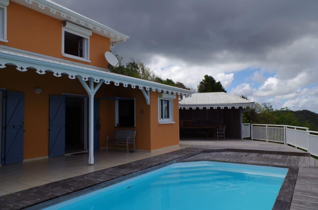 Vue de la varangue ou carbet face à la piscine de la villa